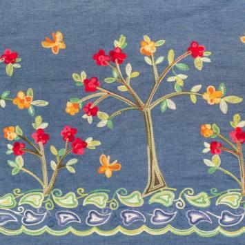 Tissu jean bleu motif arbre à fleur brodé