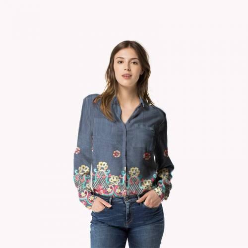Tissu jean bleu motif fleur et cachemire brodé