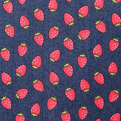 Tissu jean bleu motif fraises