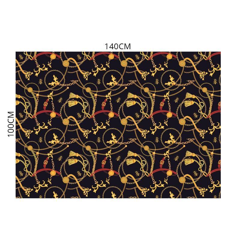 Velours ras noir motif chaines et abeilles or