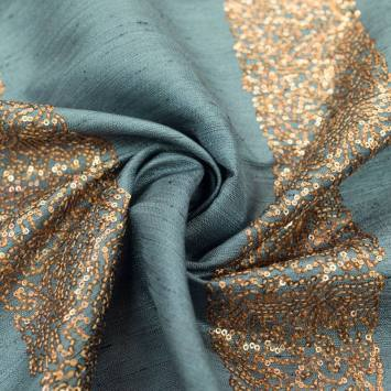 Tissu bleu clair bandes de petits sequins cuivrés