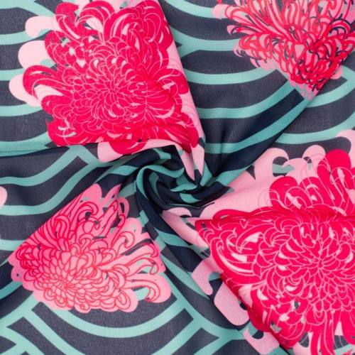 Mousseline crêpe bleue et verte imprimée fleur japonaise kiku rose