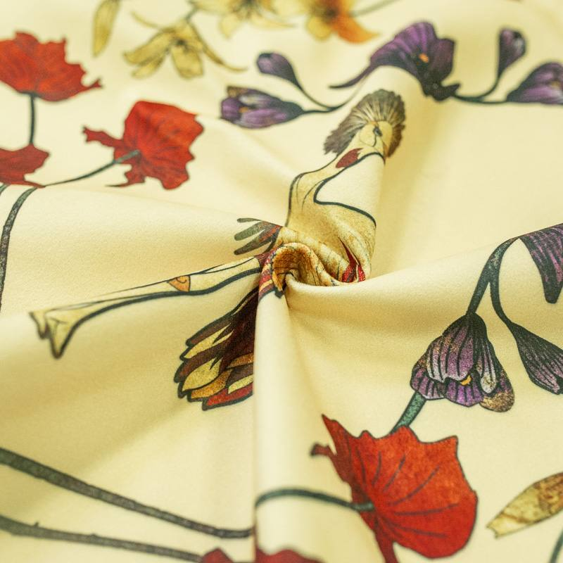 Velours vanille imprimé grue royale et fleurs ocre, rouges et violettes
