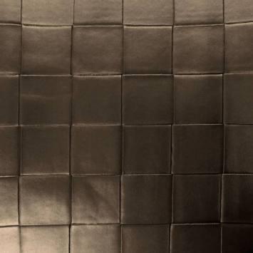 Simili nacré couleur taupe à carreaux en relief