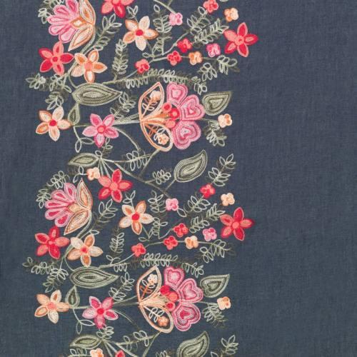 Tissu jean bleu motif fleur brodé