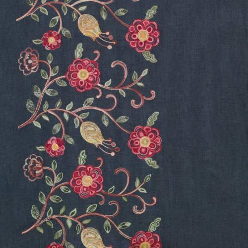 Tissu jean bleu motif fleur rose brodée